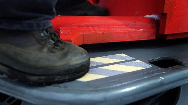 楼梯防滑条选哪种材质比较好?厂家材质推荐【昆山玉寰】