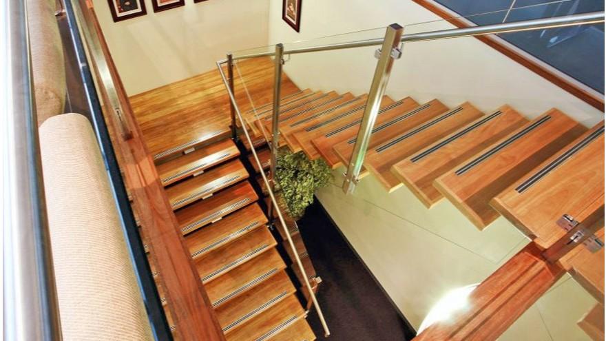 楼梯湿滑易滑倒怎么办,就选楼梯防滑胶带!